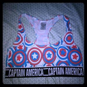 Captain America sporta bra